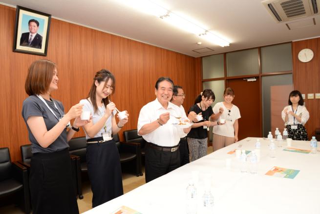 市長室にて、カレーを試食する板倉市長と市役所員有志。